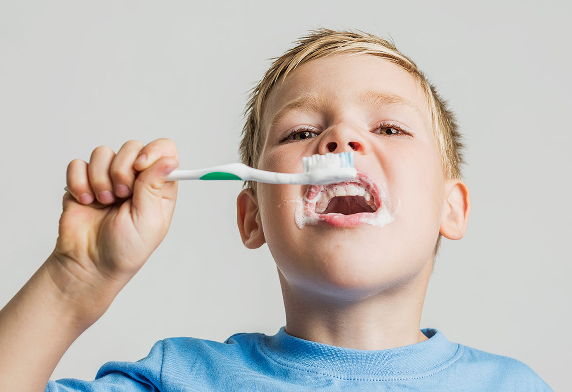 nino-cepillandose-los-dientes-clinica-dentality-talavera